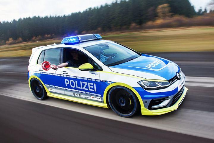 警车也疯狂:奥汀格改装大众高尔夫R 400马力的高速巡查车