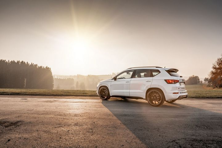 abt-rs4-shows-green-carbon-spec-will-be-joined-by-350-hp-cupra-ateca-in-geneva_18.jpg