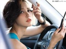 张歆艺车内拍摄写真大片 优雅写意俏皮时尚